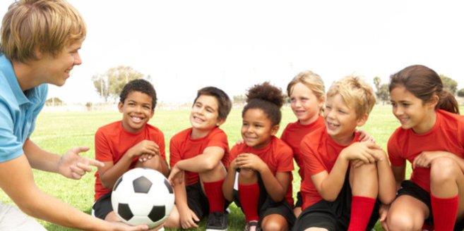 Sportarten für Kinder:Fußballtrainier mit seiner Mannschaft