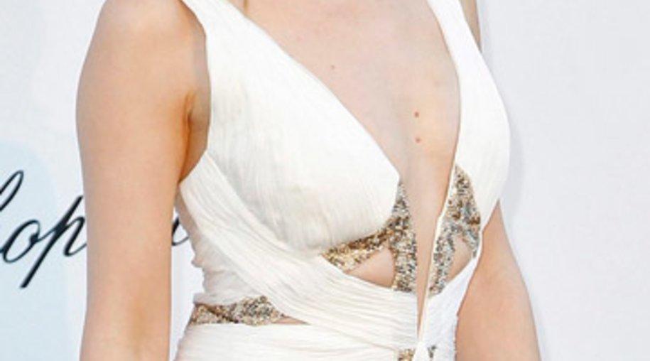 Kylie Minogue verzaubert Cannes mit einem stilvollen weißen Abendkleid.
