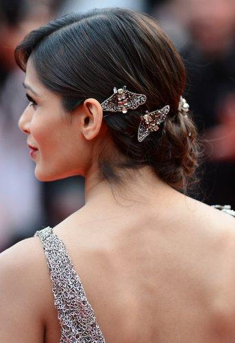 Frieda Pinto zeigt ihre Haarspangen