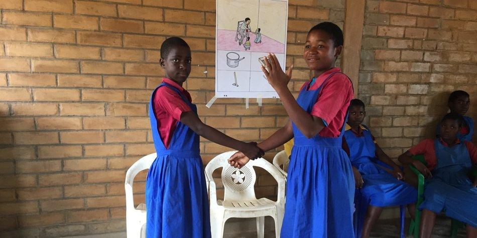 Projektreise nach Malawi mit PNP und Ninja Charbonneau im November 2016. Schwerpunkt Mangelernährung und Mädchen stärken / Bildung.  Rashina (links, 13) und Lucy (14) haben im Selbstverteidigungskurs gelernt, sich zu wehren.