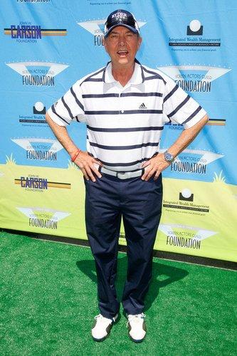 The Mentalist-Darsteller Gregory Itzin im Golfer-Outfit.