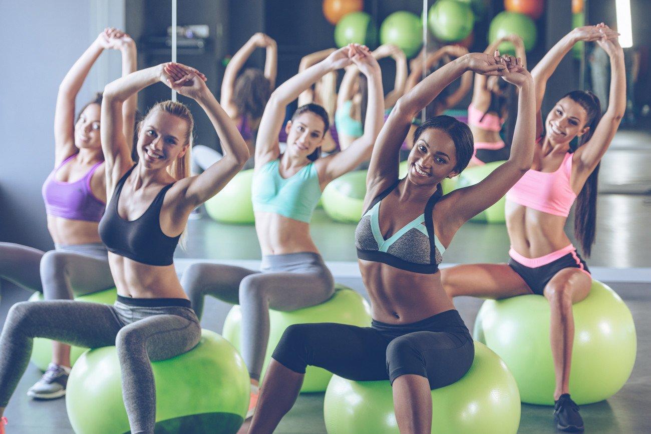 Gymnastikball-Übungen im Fitness-Studio