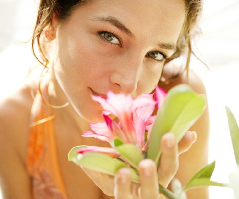 Frau mit Blüte