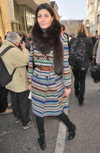 Diese junge Dame kombiniert einen bunten Mantel zu edlem Pelz