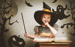 Kind als Hexe verkleidet