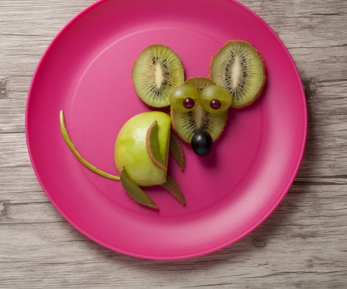 Mouse made of kiwi and apple