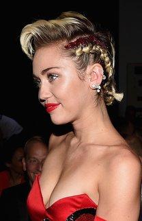 Miley Cyrus: Seitlicher Braid mit Tolle