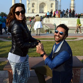 CORRECTION-CREATION DATE US actress Eva Longoria (L) poses with fiance Jose Antonio Baston at The Taj Mahal in Agra on December 16, 2015. AFP PHOTO/STR / AFP / STRDEL (Photo credit should read STRDEL/AFP/Getty Images)