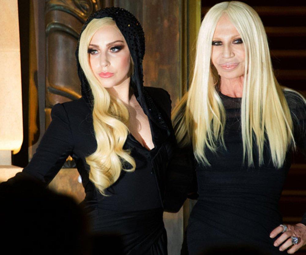Sie sehen aus, wie Mutter und Tochter: Lady Gaga und Donatella Versace beim Auftakt der Pariser Fashion Week.