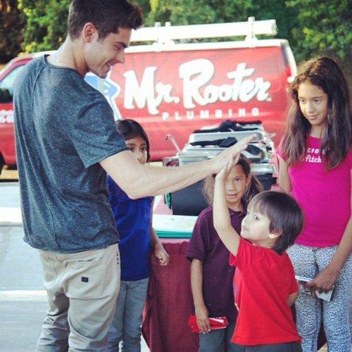 Zac Efron spaßt mit einer Gruppe von Kindern