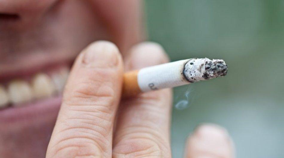 Raucher haben ein erhöhtes Risiko, ihre Zähne früh zu verlieren.