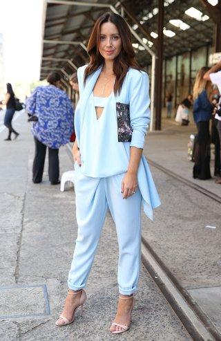 Designerin Jasmin Howell in einem babyblauen Dreiteiler