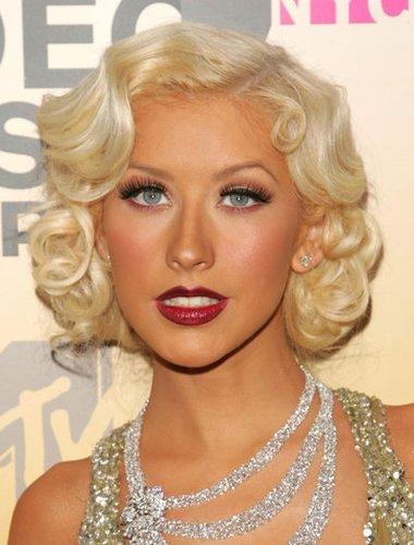 Christina Aguilera mit lockigen Haaren à la Marilyn Monroe