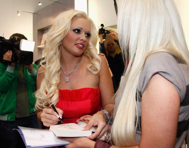 Daniela Katzenberger schreibt Autogramme