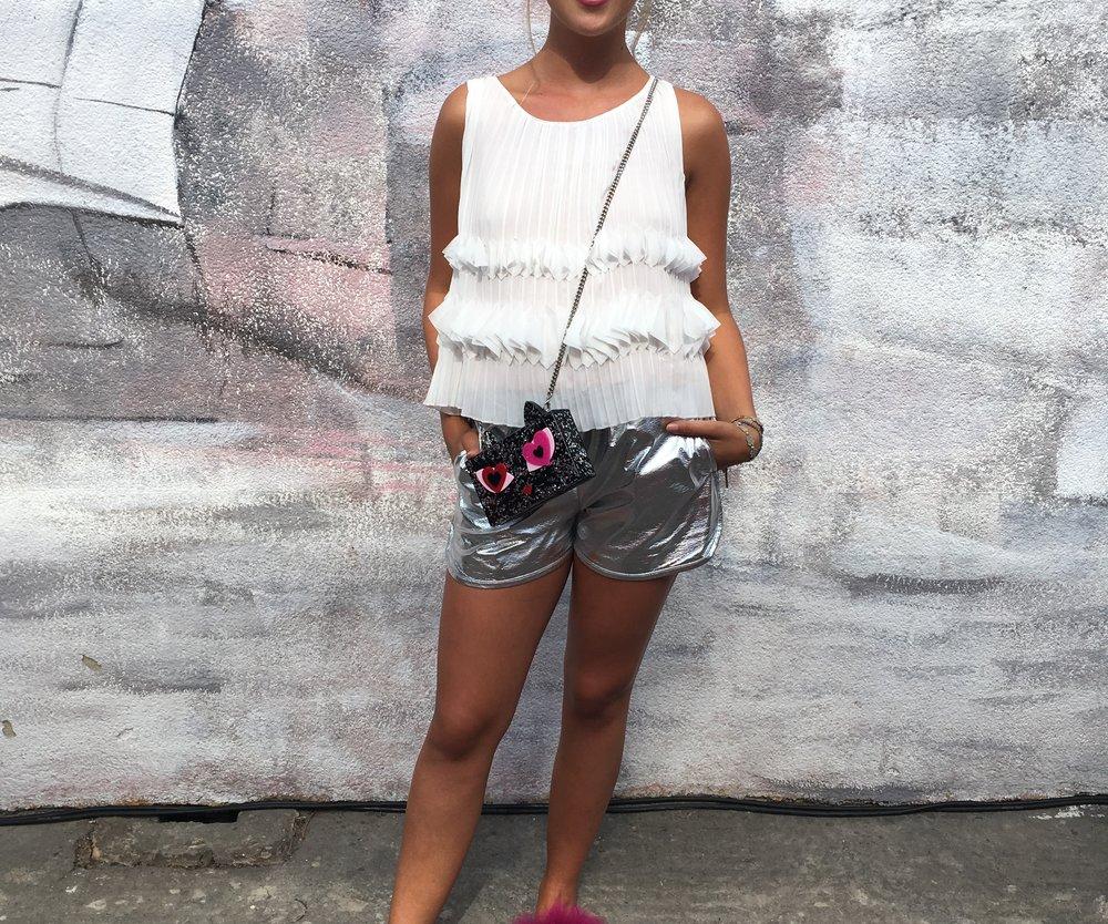 Modebloggerin Lovely Girly Rosy in futuristischer Hot Pants in coolem Silber und Puschelschlappen von Riani.
