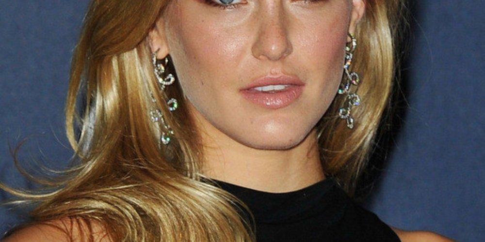 Bar Refaeli setzt auf goldblonde Haare mit sanften Highlights.