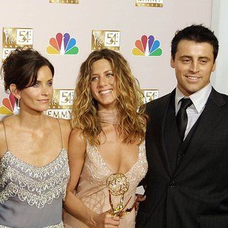"LOS ANGELES, UNITED STATES: Cast members from ""Friends,"" which won Outstanding Comedy, series pose for photogarpher at the 54th Annual Emmy Awards at the Shrine Auditorium in Los Angeles 22 September 2002. From L to R are David Schwimmer, Lisa Kudrow, Mathew Perry, Courteney Cox Arquette, Jennifer Aniston and Matt LeBlanc. AFP PHOTO Lee CELANO (Photo credit should read LEE CELANO/AFP/Getty Images)"