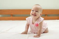 Baby, 4 Monate beim Krabbelversuch