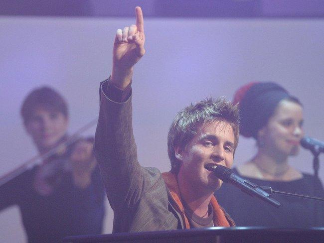 Alexander Klaws performt.