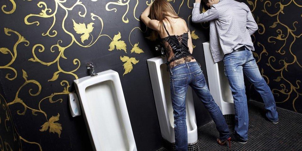 Junge Mädchen pissen ihre Hosen