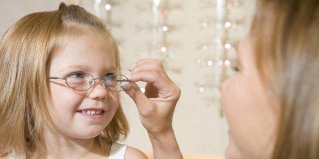Kinderbrille: Mädchen beim Optiker.