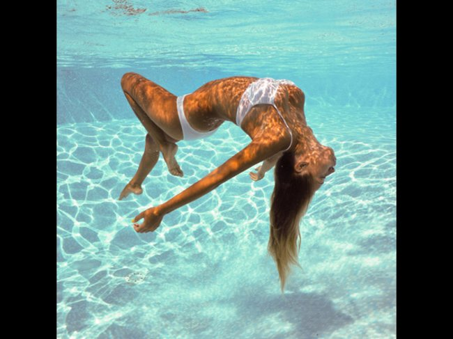 Model im Pool