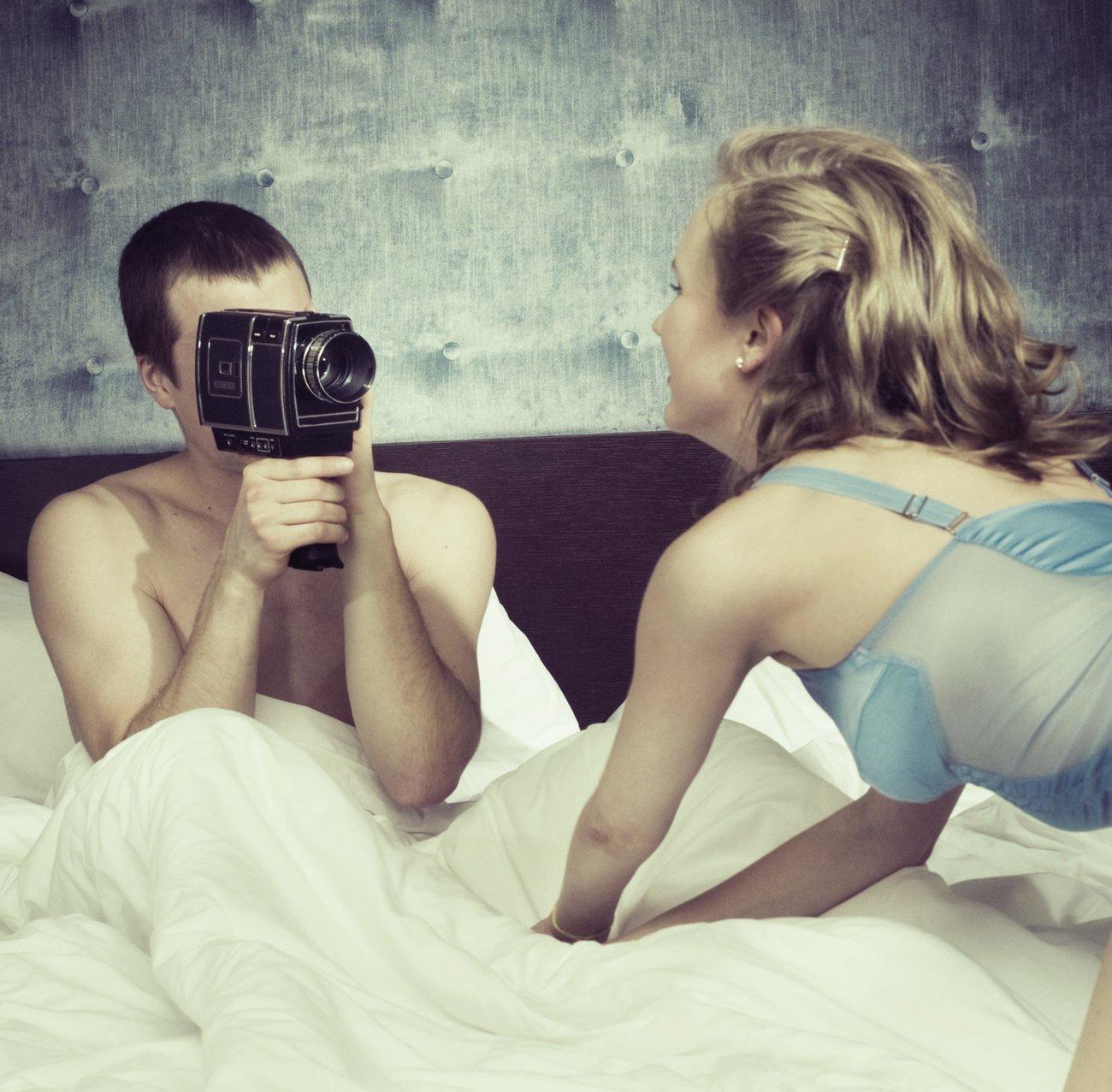 Mann filmt seine Frau