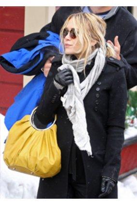 Mary-Kate Olsen mit gelber Tasche.