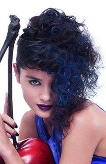 Locken mit blauen Strähnen