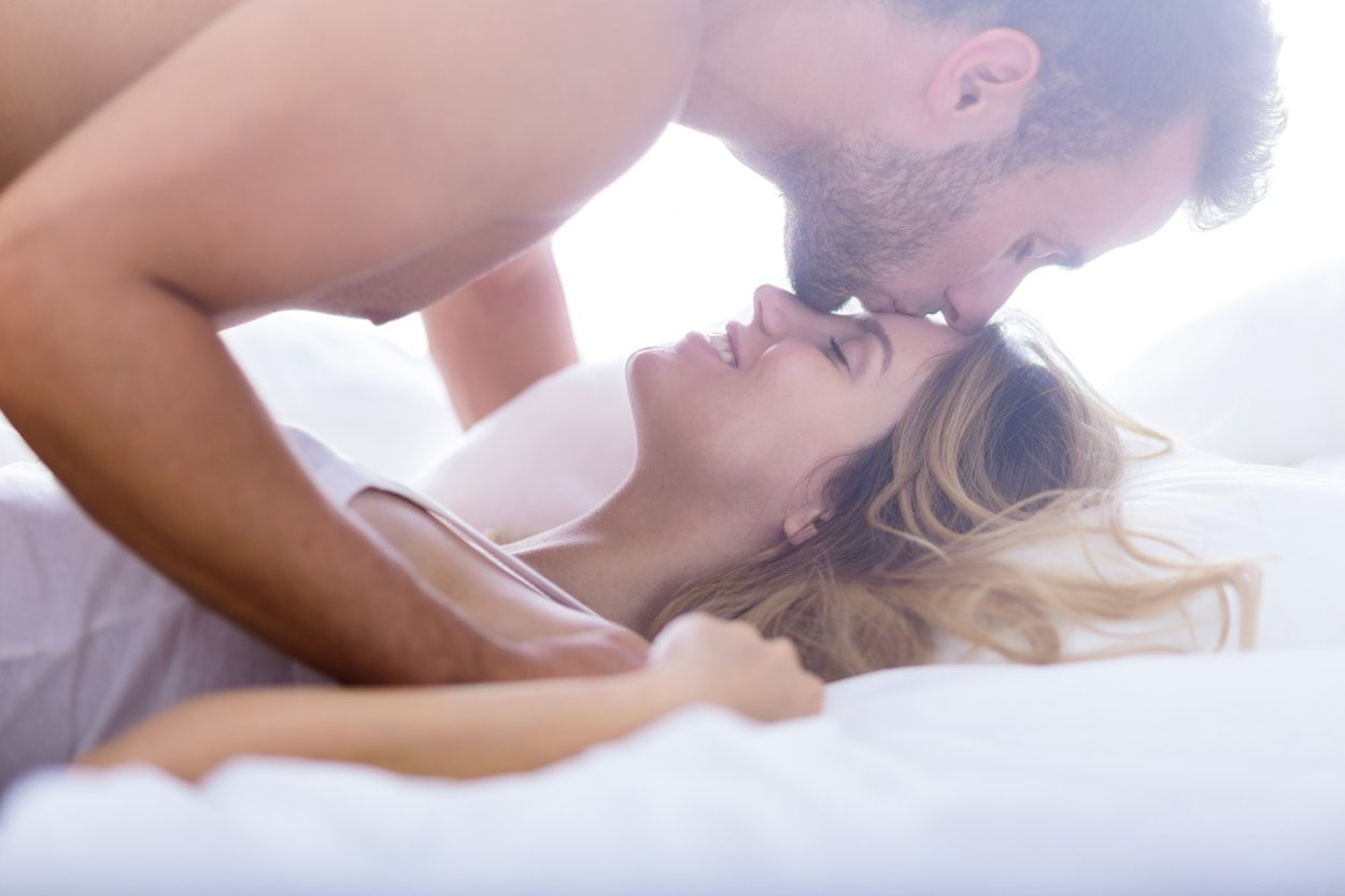 Mann küsst Frau auf die Stirn