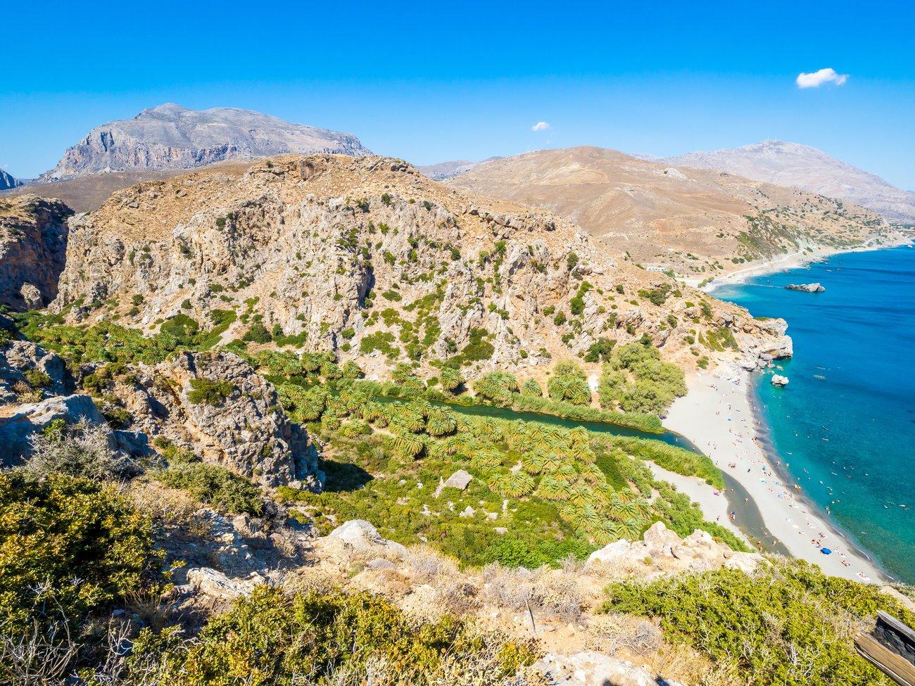 Der Preveli Beach auf Kreta erinnert mit dem vom Palmen gesäumten Süßwasserfluss, der ins Meer mündet, an die Karibik.