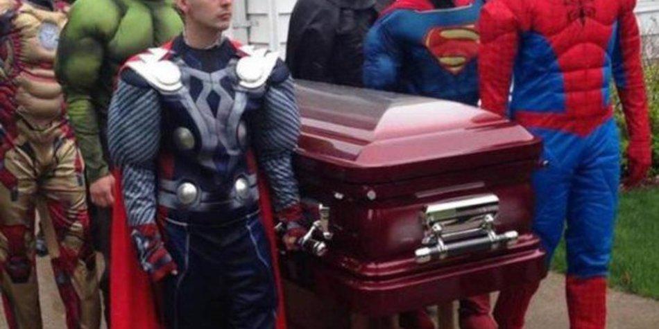Superhelden tragen kleinen Fan zu Grabe