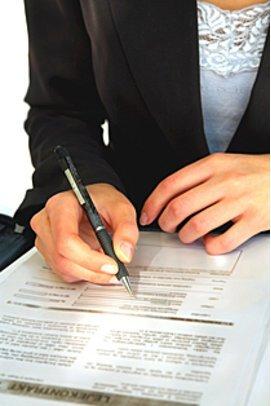 Praktikum: Frau unterschreibt Vertrag