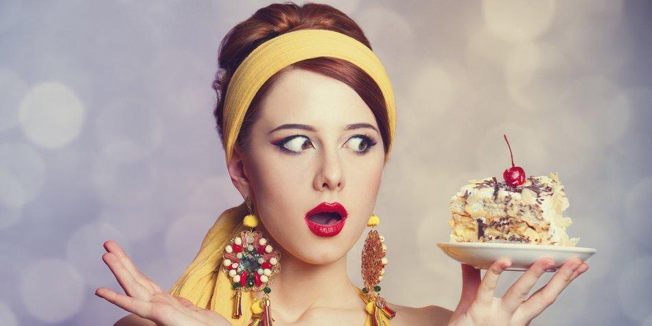 Eine Frau schaut auf ein Stück Kuchen