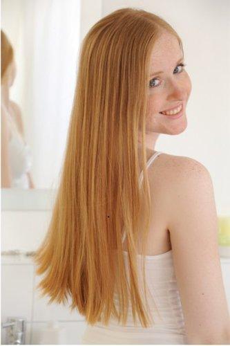 Lange, rotblonde Haare im Sleek Look