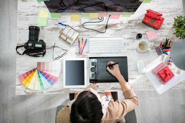 Freelancer Designerin Schreibtisch