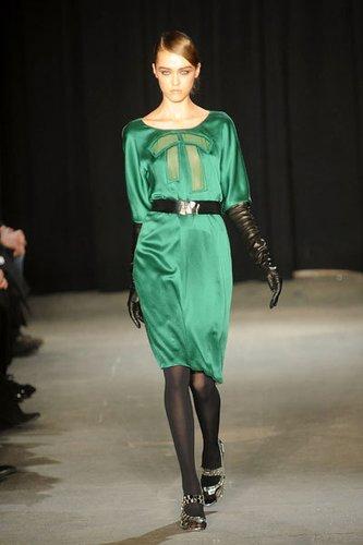 Sexy Eyecatcher: Elegantes Satinkleid von Thakoon in glänzendem Grün