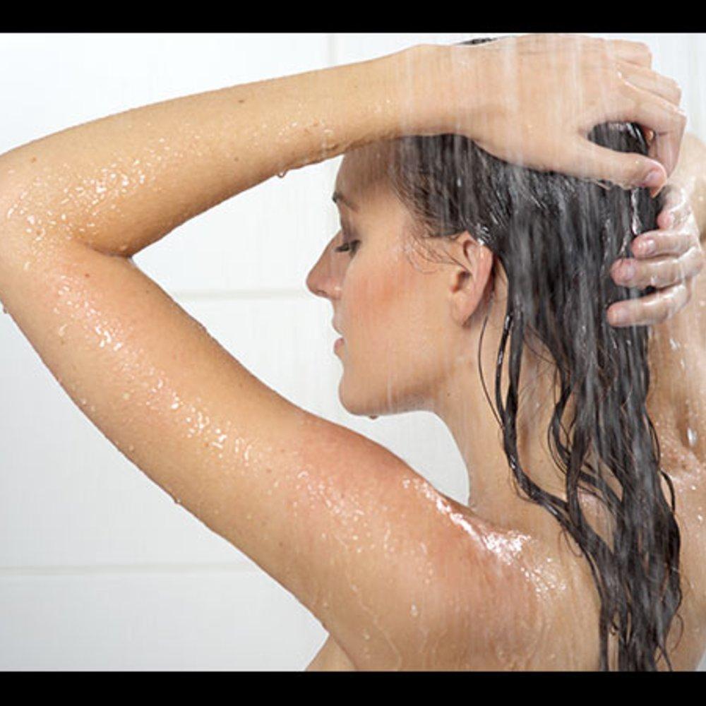 Frau in Dusche