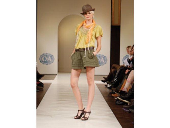 GNTM-Gewinnerin Jennifer Hof zeigt einen braunen männlich wirkenden Hut von C&A.