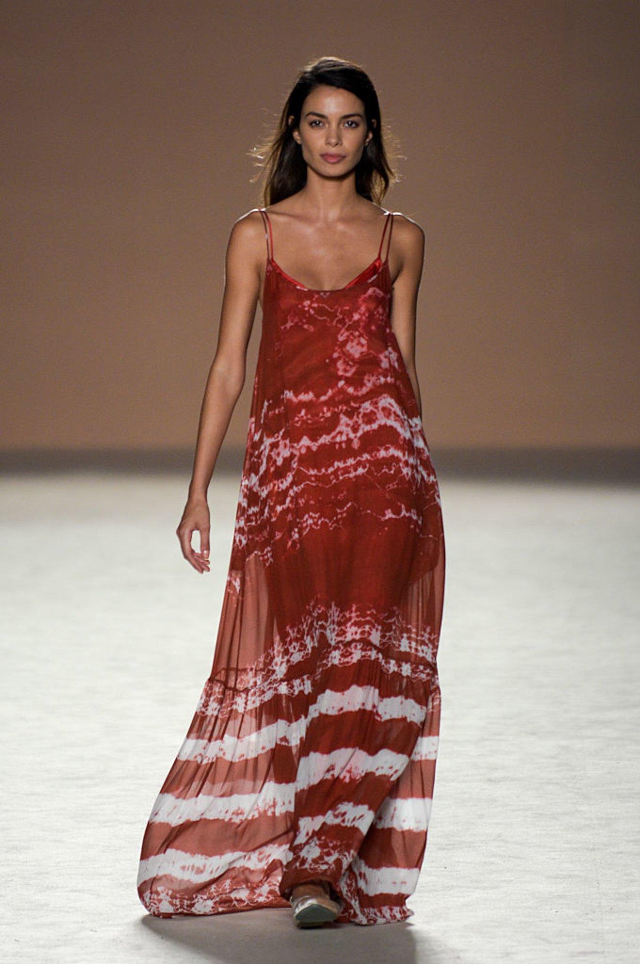 Model Laufsteg Batik-Kleid