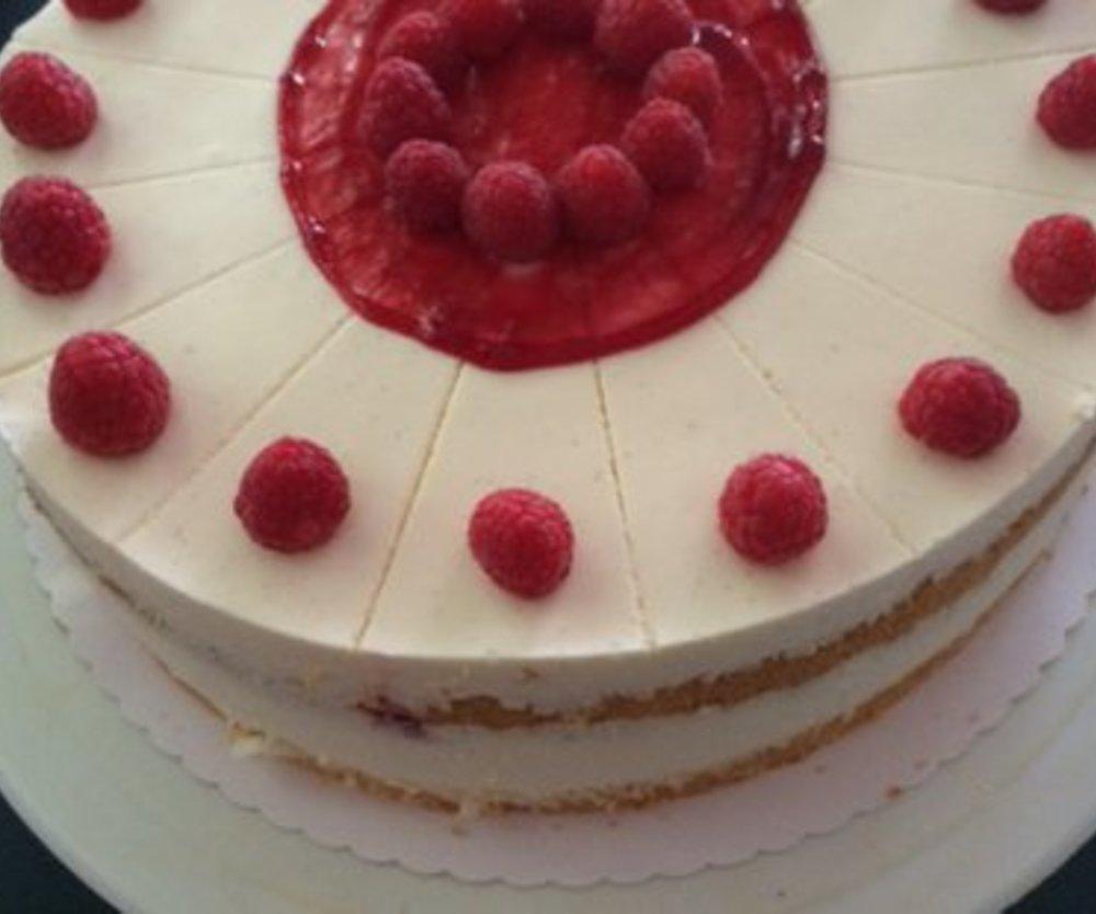 Eierlikör-Sahne-Torte mit Himbeeren