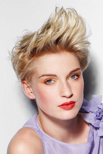 Blonder Pixie mit Tolle