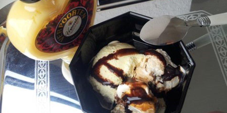 Cremiges Vanilleeis mit Schokosauce und Verpoorten