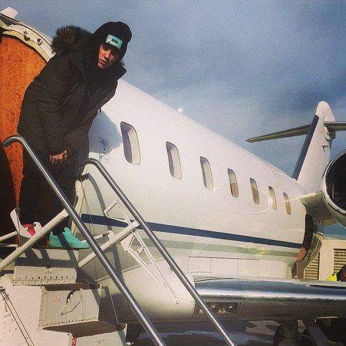 Jusin Bieber steigt aus dem Flugzeug