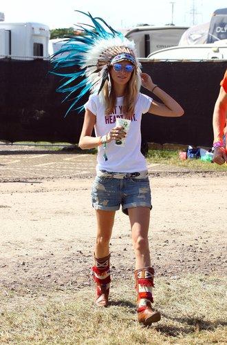 Poppy Delevingne mit Shorts und Indianer-Schmuck
