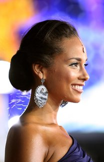 Alicia Keys trägt einen graziösen Dutt