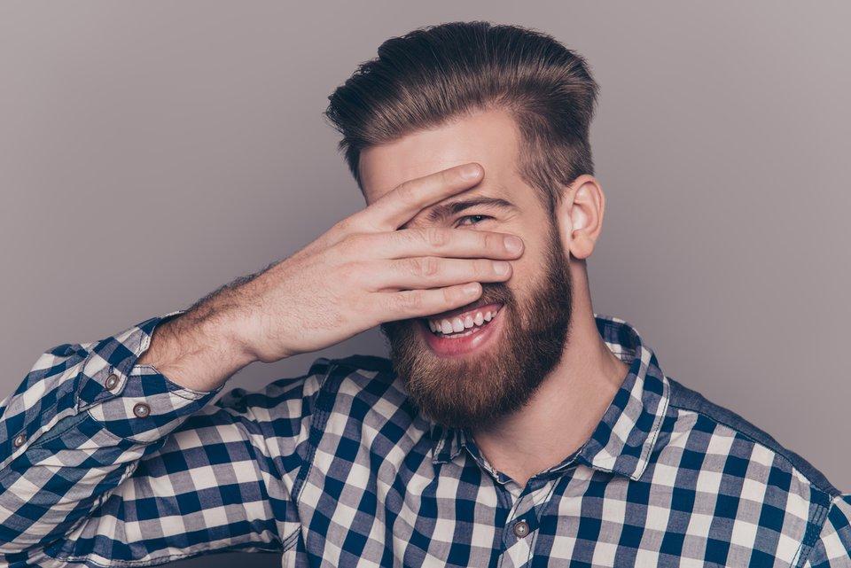 6 Flirtsignale beim Mann: So zeigt er Interesse