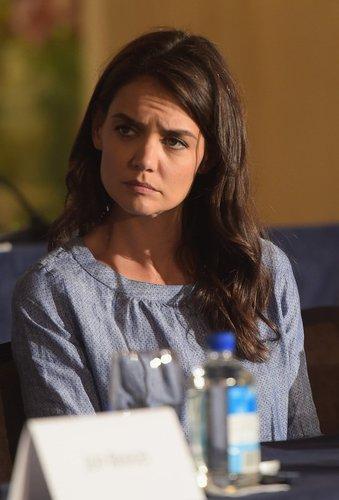 Katie Holmes sieht skeptisch