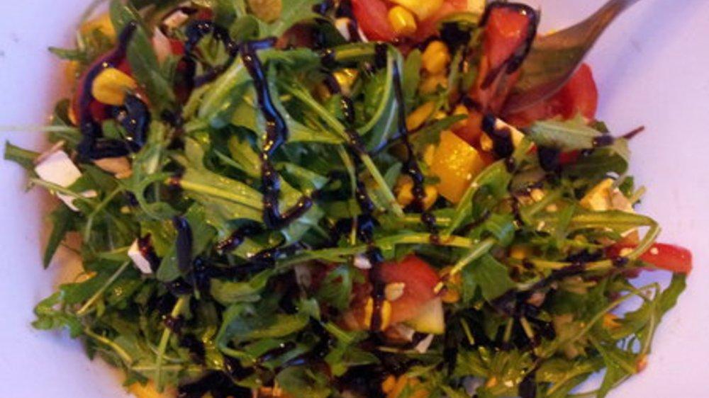 Grüner Salat mit Mango