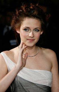 Kristen Stewart mit hochgesteckten Locken
